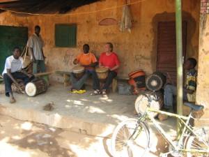 Djembeles met mijn leraar Aly Traore in Bobo-Dioullasso