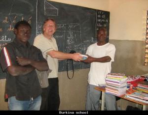 Het overhandigen van het schoolmateriaal in Bobo-Dioulasso